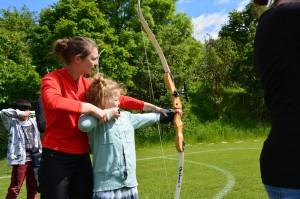 Natasja Bech, Danmarksmester 2014, hjælper her ny skytte i gang